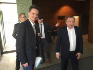 Dr. Mariusz Saganowski (Chefarzt der Geriatrie des Szpitals Wolski in Warschau) und Jakub Żelawski (Therapeut des Szpitals Wolski in Warschau)