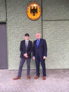 Vor der deutschen Botschaft mit (v.l.n.r.) Enrico Triebel (Schatzmeister DPGSV) und Donat Wollny (Präsident des DPGSV)